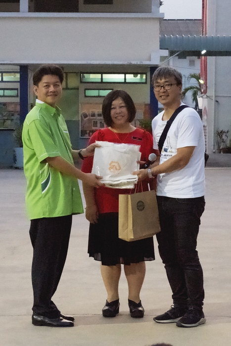 On behalf of Chang Gung University, Associate Prof. Jin-Long He gave souvenirs to the principal and the chairperson of Han Chiang Primary School.
