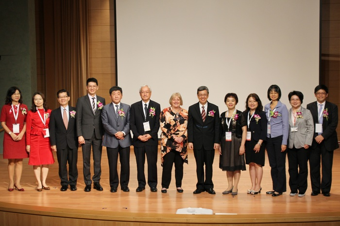 Group photo of Vice President Dr. Jian-Ren Chen (6th from right), WFOT President Marilyn Pattison (middle), CGU President Prof. Chia-Chu Pao (6th from left) and the fellow guests