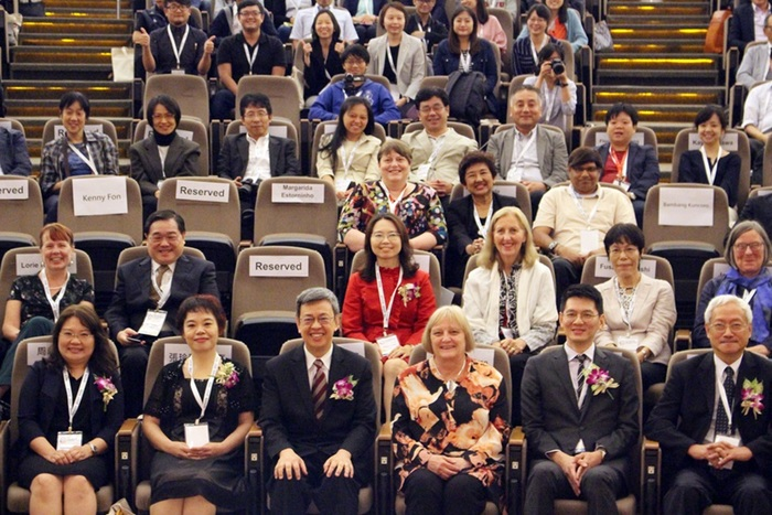 Group photo of Vice President Dr. Jian-Ren Chen (front row 3rd from left), WFOT President Marilyn Pattison (front row 3rd from right), CGU President Prof. Chia-Chu Pao (front row far right) and the fellow guests